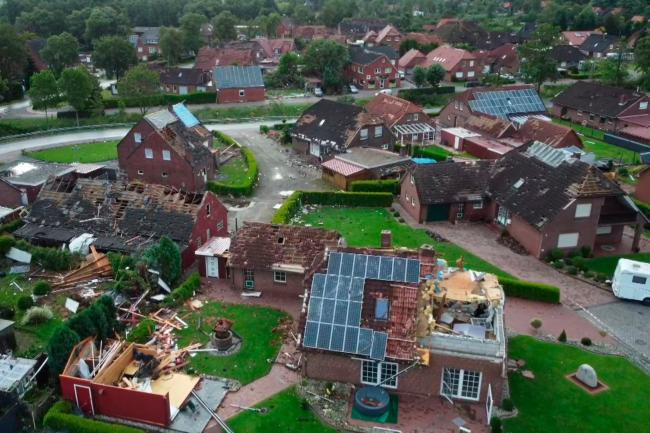 Im deutschen Dorf Berumerfehn werden mehrere Häuser durch einen Sturm beschädigt